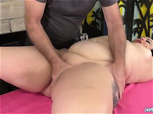 A massagist Turns a rubdown into an ejaculation Session for plumper Calista Roxxx